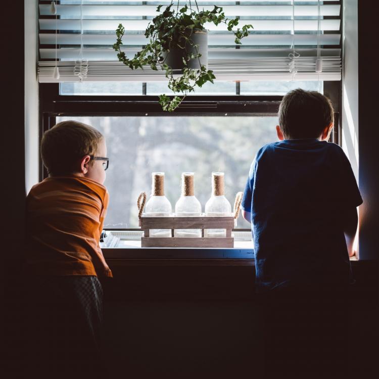 Jongens die uit het raam kijken