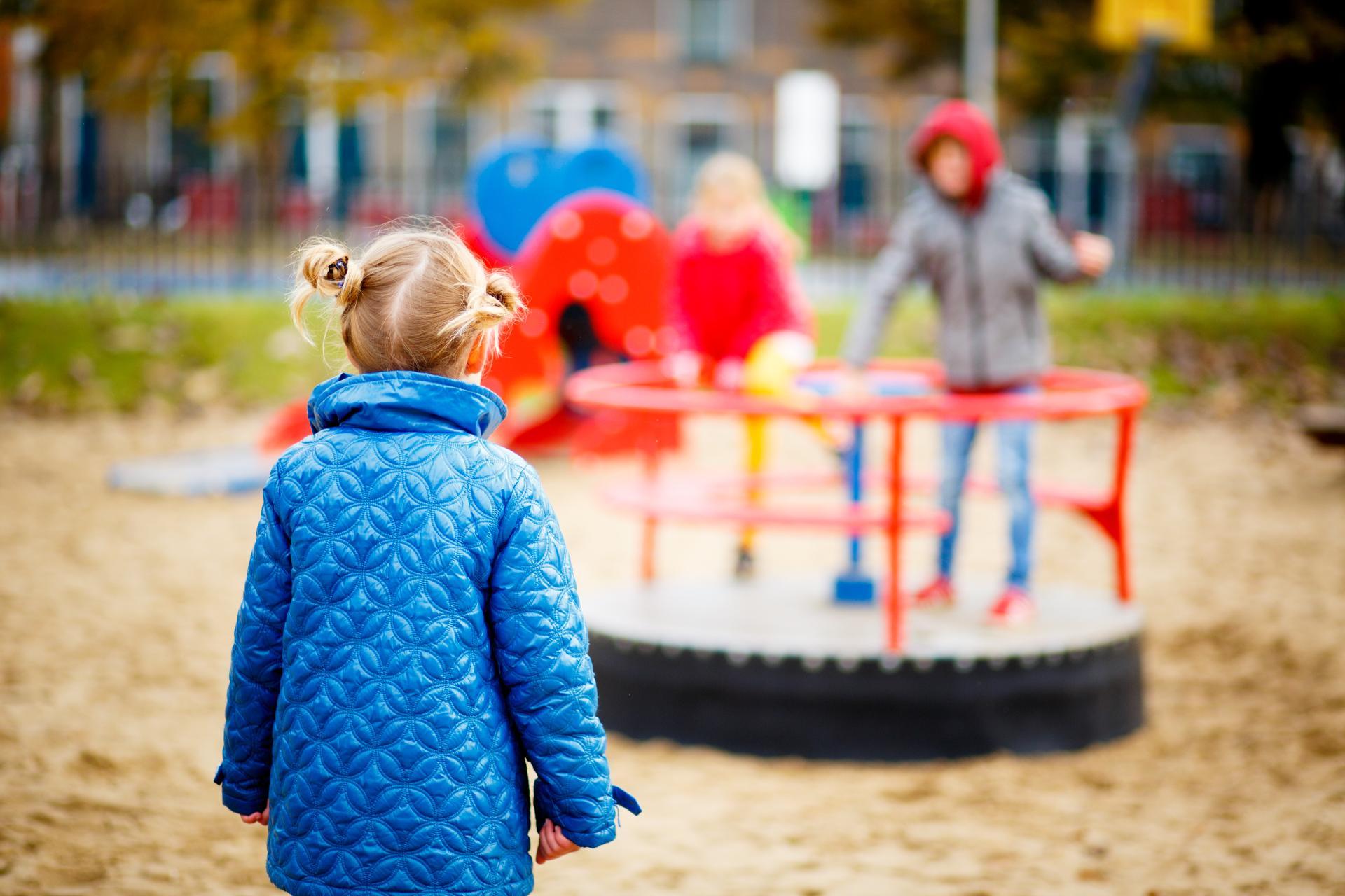 kinderen op speelplaats