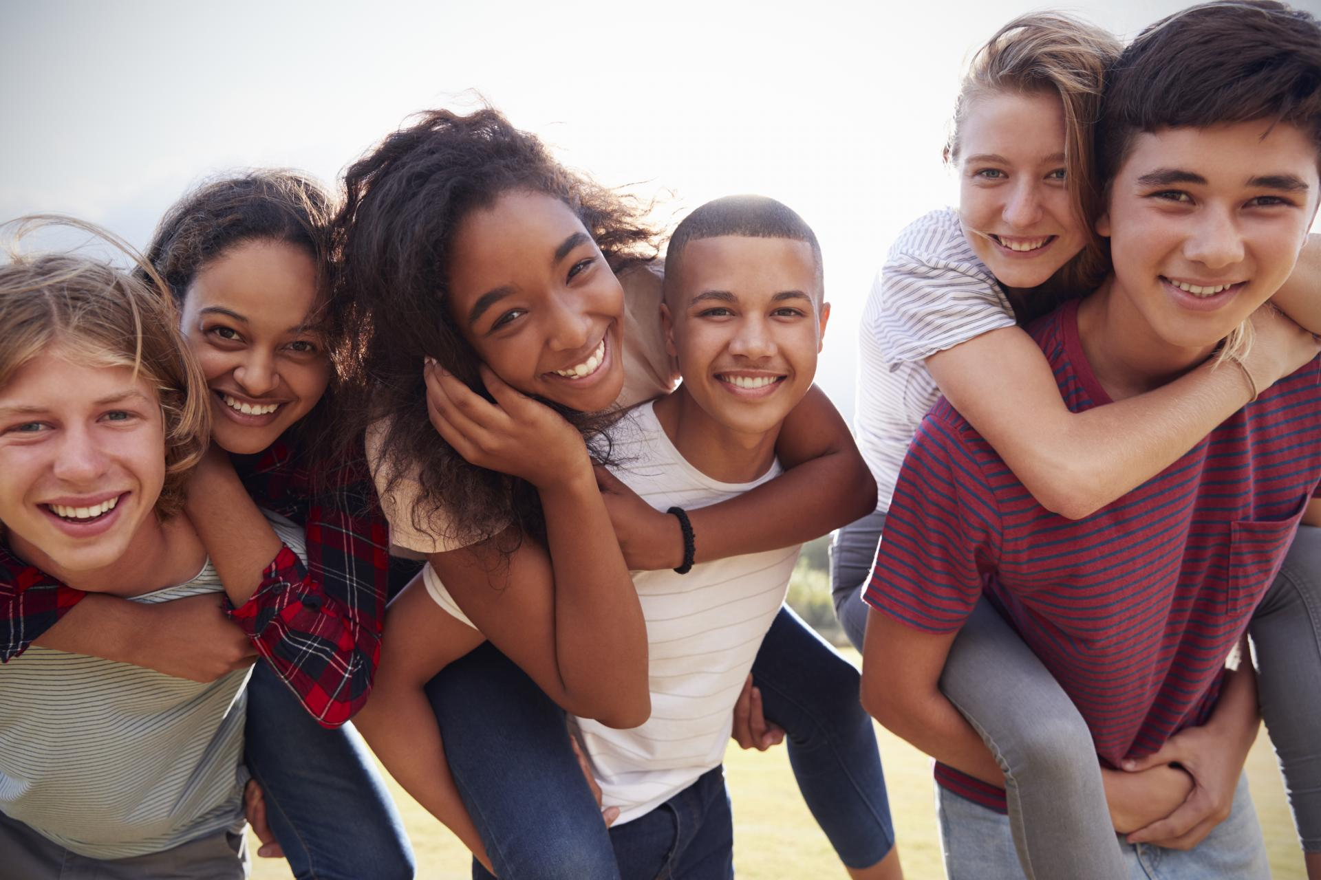 Blije groep mensen jongeren